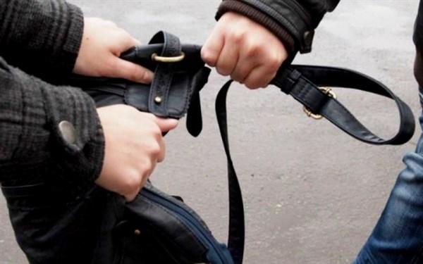 В Горловке грабитель вырвал у прохожего барсетку с украинскими гривнами. Деньги ему подарили на день рождение