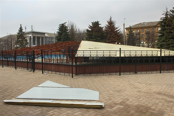 """Сегодня в Горловке """"раздели"""" городской фонтан. Его готовят к лету"""