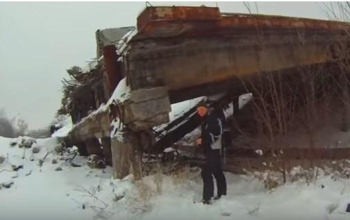 Прогулка среди руин: как выглядят некогда жилые кварталы возле аэропорта Донецка