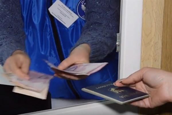 """В Горловке на блокпосту группировки """"ДНР"""" выплачивали денежную помощь гривнами"""
