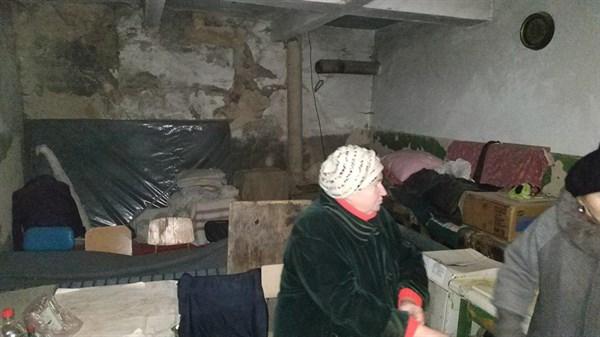 В Горловке в поселке шахты 6/7 в подвале пятый год живут пенсионеры