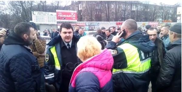 """Горловским гаишникам от """"ДНР"""" возмущенные таксисты скандировали """"Ганьба"""" (ВИДЕО)"""