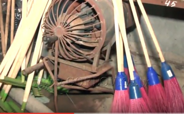 В Горловку из Пензы привезли метла, лопаты и спецодежду для коммунальных служб