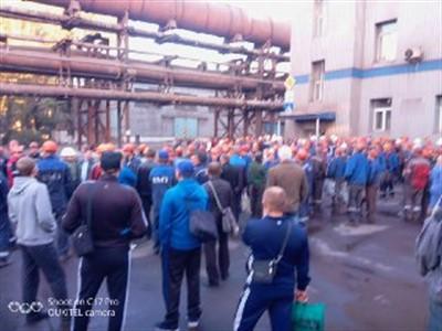 В оккупированном Енакиево сотрудники метзавода требуют погасить 3-месячную задолженность
