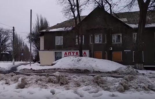 Жилмассив Бессарабка в Горловке: выбитые стекла в домах, блиндажи на дорогах, автобусы в ямах и асфальт без асфальта