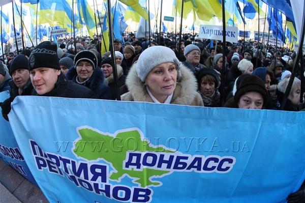"""Истинные добровольцы: всего 15 горловских депутатов-""""регионалов"""" ездили в Донецк на митинг в поддержку президента (+ ФОТОРЕПОРТАЖ)"""