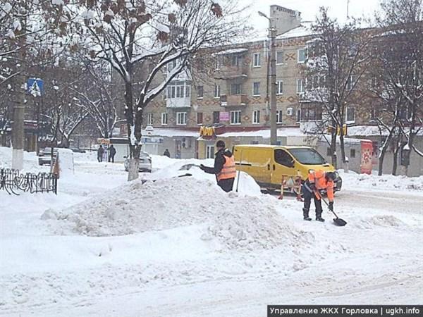 """Местные власти от """"ДНР"""" предлагают горловчанам взять лопаты и чистить снег"""