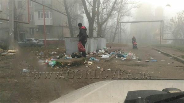 В Горловке возле детского сада мусорная свалка. Ее не убирают. (ФОТОФАКТ)