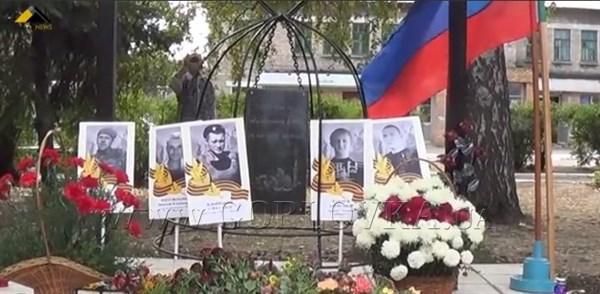 В Горловке увековечили тех боевиков на памятнике, родня которых сдала по 2 тысячи российских рублей