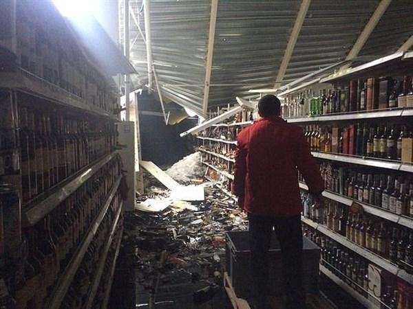 """В Горловке разбирают бывший супермаркет """"Амстор"""": бьют стекла, потрошат конструкции"""