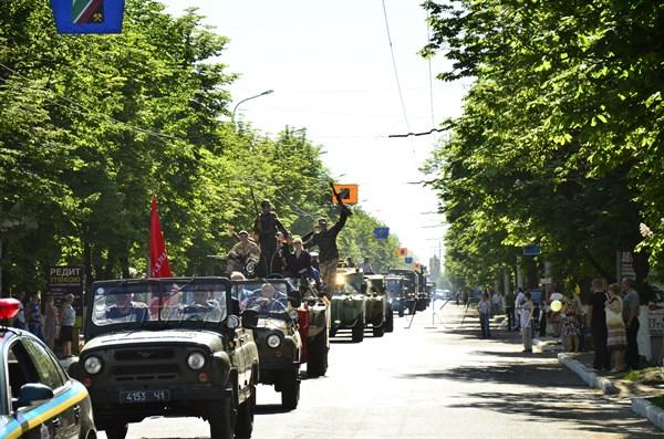 День Победы в Горловке: 100 фотомгновений праздника Героев (парад военной техники, митинг в Сквере Героев и на поселках)