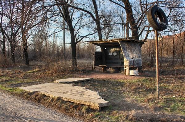 В Горловке из бывшего блокпоста боевиков соорудили автобусную остановку. Выглядит страшно