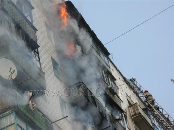 В Горловке горит многоэтажка: огонь распространился на 12 квартир (ВИДЕО)