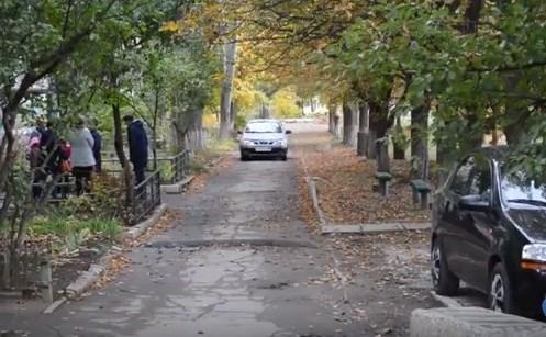 В Горловке придомовую территорию по пр. Победы, 90 превратили в проезжую часть