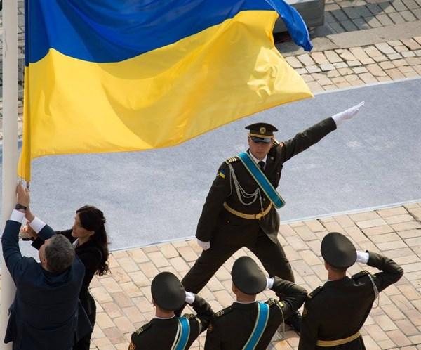 Порошенко поднял государственный флаг наСофийской площади вКиеве