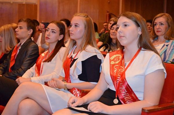 В Горловке поздравили лучших учеников школ. Всего их 69 человек