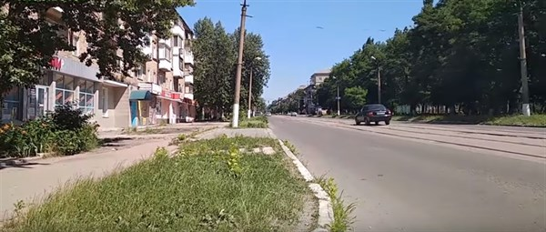 Улица Пушкинская в Горловке: ямы, разбитые балконы, объявление о розыске вооруженного коменданта (ВИДЕО)