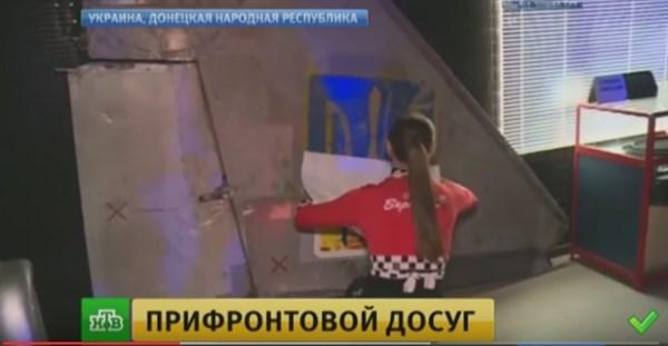 Интерьер ночного клуба «Бермуды», принадлежащего депутату «ДНР», украсили хвостом сбитого украинского штурмовика и заклеили герб Украины перед российскими журналистами