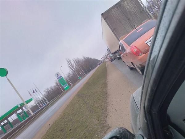 В Горловке собираются огромные автомобильные очереди возле блокпоста: что там происходит (ВИДЕО)