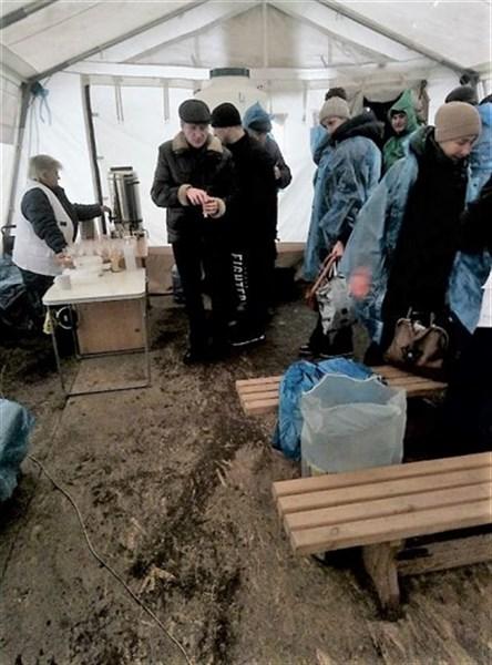 КПВВ не готовы к зиме: люди стоят в грязи и воде, не хвате палаток, где можно согреться