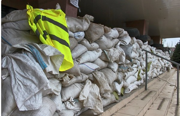 """В Горловке """"Донбассэнерго"""", межведомственную охрану и местное МГБ  обложили мешками и бетонными плитами"""