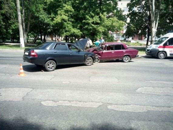 В Горловке в центре города столкнулись два автомобиля
