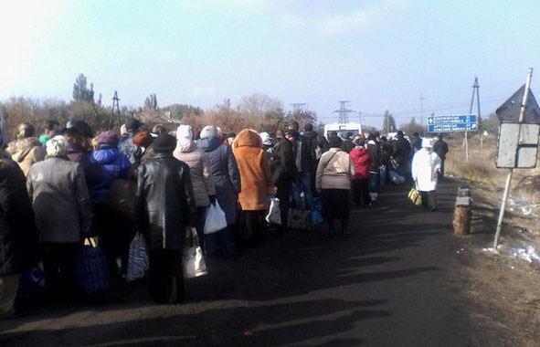 На  блокпостах в районе Горловки и Майорска появилась новая услуга - продажа места в пешей очереди