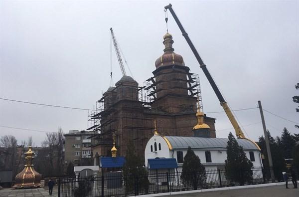 На Хрестовоздвиженском храме Горловки установили купола
