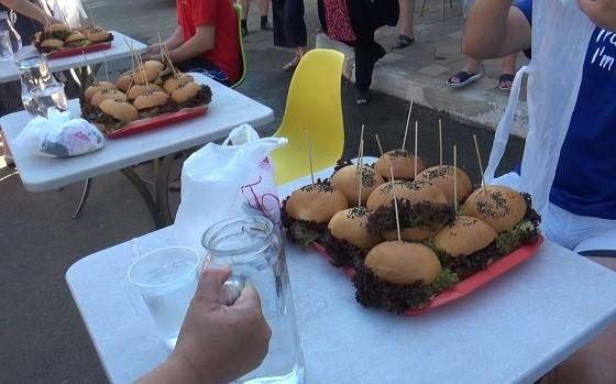 В Горловке провели акцию по поеданию бургеров на время
