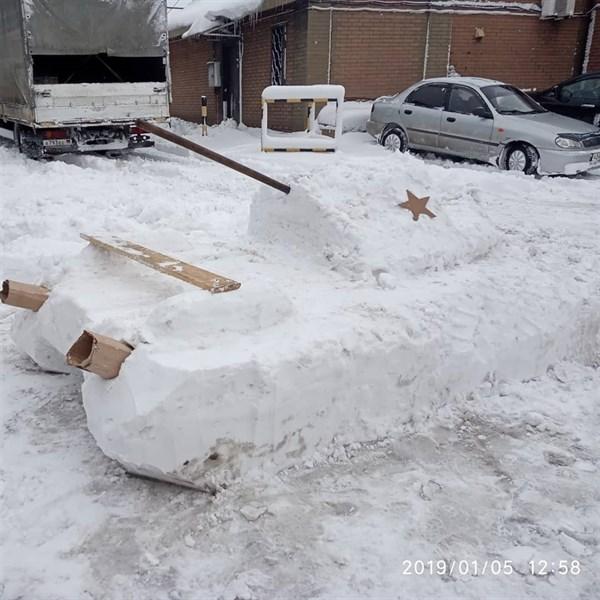 В оккупированном Енакиево из снега слепили танк (ФОТОФАКТ)