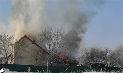 В шахтерском поселке Горловки сгорел дом: хозяева успели выйти на улицу (ВИДЕО)
