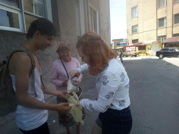 В Горловке прошла акция под названием «Еда вместо бомб»