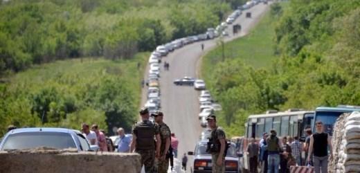 С утра на блокпостах на линии соприкосновения 280 машин, со стороны Горловки 450 человек пешей очереди