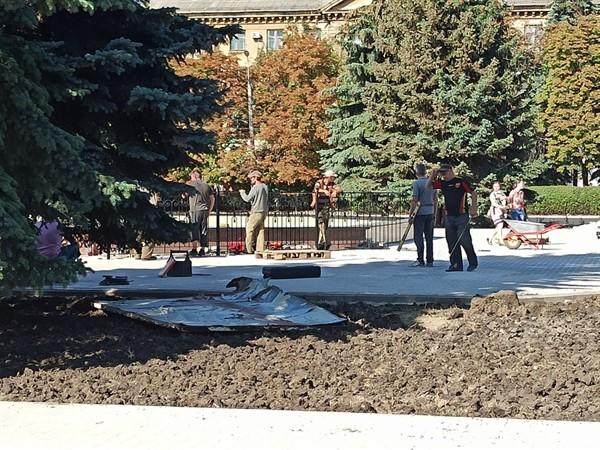 В Горловке фонтан на площади Победы ограждают забором (ФОТОФАКТ)