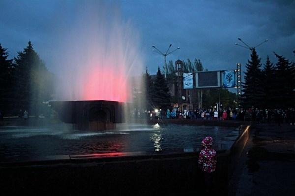 В Горловке у городского фонтана появилась подсветка (ФОТОФАКТ)