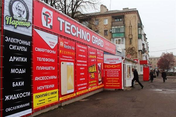 """Горловка готовится к Новому году: появились елочные базары, а бюджетники собирают теплые вещи для армии """"ДНР"""""""