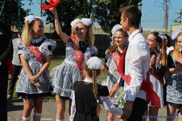 Выпускники 2019-го в Горловке надели школьную  форму СССР