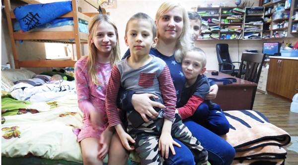 Семья из Горловки получила квартиру по госпрограмме в Мариуполе как переселенцы. Они прошли сто кругов ада