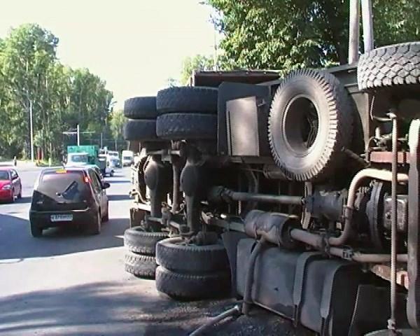 В Горловке перевернулся КаМАЗ, перевозящий вооруженных людей. Сейчас его пытается поднять кран