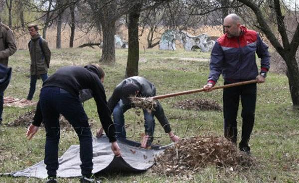 В Горловке снова субботник: бюджетники преображают Короленовские пруды