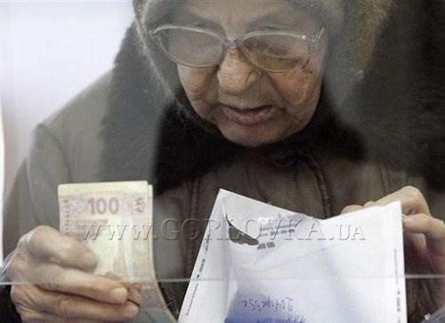 Пенсионеры Горловки выстраиваются в многотысячную очередь, чтобы получить талон, дающий право на пенсию в будущем. ФОТОФАКТ