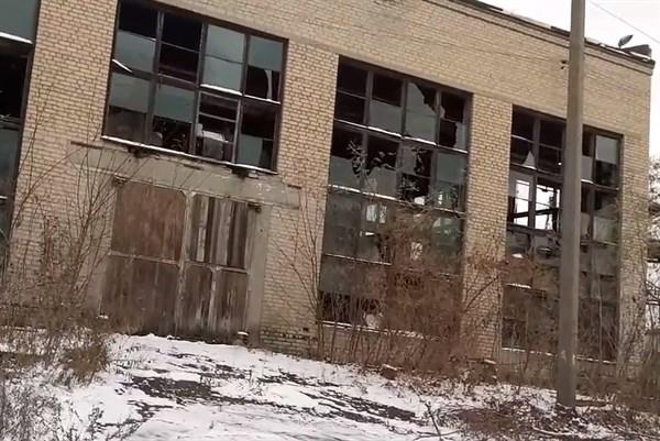 Выбитые окна, разграбленные автосалоны, безлюдность и памятник Кирову, как самовар: житель Горловки показал район Машзавода