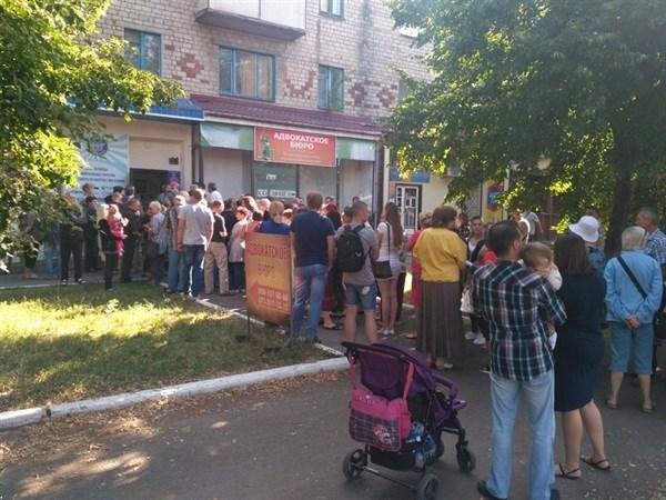 """В """"ДНР"""" создали сайт, где показывают талоны в электронную очередь. Но в Горловке все равно столпотворения"""