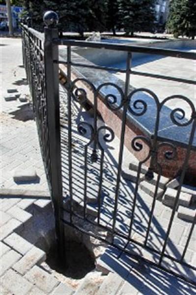 В Горловке возле фонтана установили решетку в полтора метра высотой (ФОТОФАКТ)