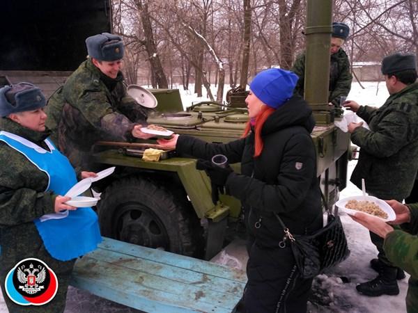Каша от армии ДНР, газеты детям, пляски для всех: в  Горловке Масленицу отмечали