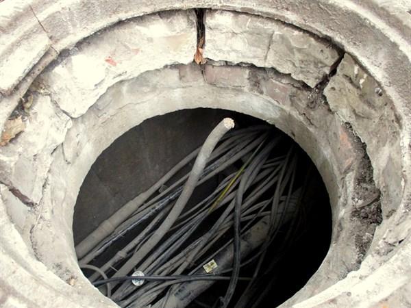 В Горловке воры промышляют в комендантский час: вырезают кабель