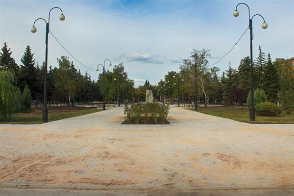 В Горловке ко Дню города презентуют обновленный бульвар Димитрова. Ремонт подходит к концу