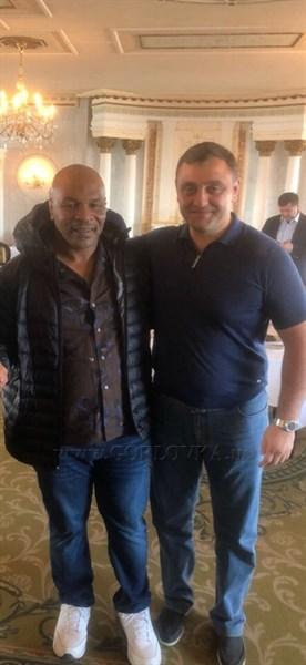 Армен Саркисян, находящийся в розыске в Украине, похвастался фотографией с американским боксером Майклом Тайсоном