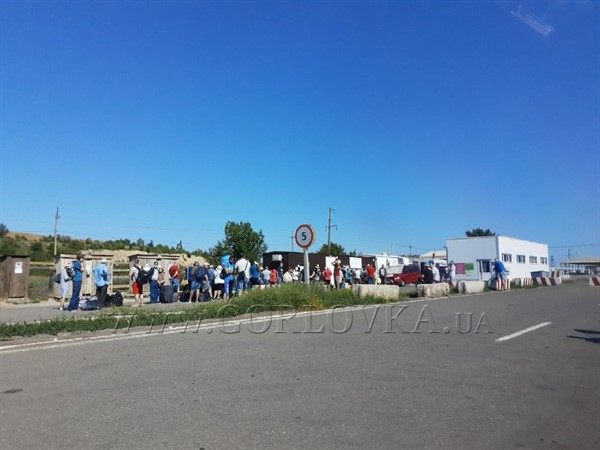"""Очередь из Украины в """"ДНР"""": в сети показали фотографии"""