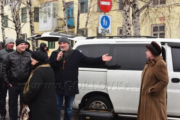 Бывшую учительницу, пытавшуюся рассказать об идеях Евромайдана, вытолкали с площади Шевченко под крики «едь отсюда, уезжай из Горловки» (ВИДЕО)